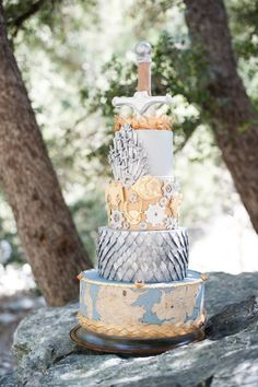 Game of Thrones themed #wedding cake | Candice Benjamin Photography | see more on: http://burnettsboards.com/2014/04/game-thrones-themed-wedding-2/