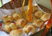Iepurasi pufosi pentru Paste Croatian Recipes, Bread And Pastries, Mediterranean Recipes, Pretzel Bites, Paste, Projects, Banana, Log Projects, Blue Prints