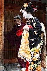 Maiko-san (Teruhide Tomori) Tags: japan kyoto traditional maiko   kimono  miyagawacho higashiyama  misedashi  toshimomo