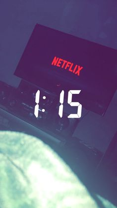 netflix shared by Maf on We Heart It Story Snapchat, Snapchat Streak, Snapchat Stories, Snapchat Emojis, Instagram And Snapchat, Instagram Feed, Girl Photo Poses, Photos Tumblr, Instagram Story Ideas