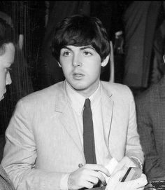 Paul McCartney at the Hollywood Bowl press conference. Paul Mccartney Guitar, My Love Paul Mccartney, John Lennon Paul Mccartney, Gentlemen Prefer Blondes, Lady And Gentlemen, Rainy Day Quotes, Music Rock, Beatles Songs, Beatles Photos