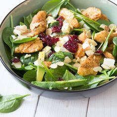 Geballte Salatpower aus frischem Spinat,cremiger Avocado, süßen Cranberries, würzigem Feta, knusprigen Mandeln und gebratenem Hähnchen. Der macht Spaß!
