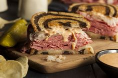 Classic Reuben Sandwich Recipe with corned beef, swiss cheese, sauerkraut, rye bread, and thousand island dressing. Quick and easy and ready in 25 minutes. Reuben Dip, Best Reuben Sandwich, Pastrami Sandwich, Soup And Sandwich, Reuban Sandwich Recipe, Cornbeef Sandwich Recipes, Turkey Reuben, Sandwich Board, Sandwich Ideas