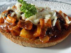 Zeleninu nakrájíme na kousky. Cibuli zpěníme na sádle a přidáme žampiony, papriku a rajčata. Trošku podlijeme vodou a dusíme tak, aby paprika... Czech Recipes, Ethnic Recipes, My Favorite Food, Favorite Recipes, Sandwiches, Stuffed Mushrooms, Brunch, Food And Drink, Appetizers