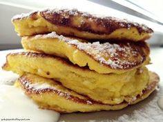 Dzisiejsza propozycja śniadaniowo-podwieczorkowa: placuszki z białym serem. O wręcz omletowej, piankowej konsystencji, delikatne i pu...