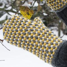Ohje: Neulotut Unni-kintaat | Lankava.fi Fingerless Mittens, Knit Mittens, Mitten Gloves, Knitting Socks, Knitting Machine, Yarn Stash, Mittens Pattern, Wrist Warmers, Yarn Projects