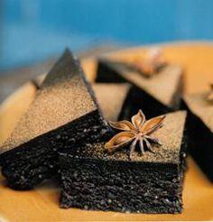 Brownies aux dattes, à l'érable et à l'anis,  p. 134 - Recette tirée du livre DÉLICIEUSEMENT CRU. #cru #crusine #recette #nutrition