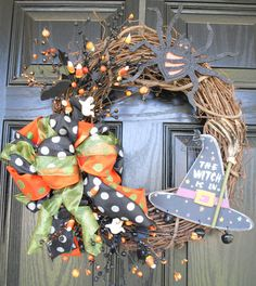 halloween wreath i could turn fall....saw big bows like this at the dollar store.....and change the halloween stuff to autmny stuff would be perfect!!
