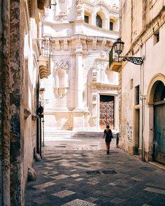 {Lecce}  Ancora si respira l'aria delle vie del centro storico di una città calda  . . . . . . . . . . .