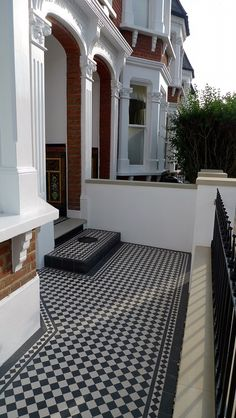 black and white victorian mosaic yorkstone render block wall wrought metal rail and gate kensington london Victorian Front Garden, Garden Front Of House, Victorian Terrace House, House Front, Victorian Homes, Front Path, Front Door Steps, Terrace House Exterior, Facade House