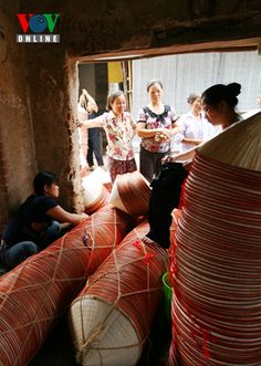 Chuong village in Hanoi's outlying district of Thanh Oai is famous across Vietnam for making conical hats. Local villagers have preserved the craft for more than three centuries. Beautiful Vietnam, To My Daughter, Handmade Products, Traditional, Crafts, News, Amazing, Manualidades, Handmade Crafts