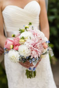 Late summer bouquet: http://www.stylemepretty.com/oregon-weddings/2015/05/07/late-summer-wedding-at-the-aerie-at-eagle-landing/   Photography: Altura Studio - http://alturastudio.com/