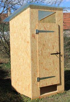 cabane toilettes seches 1er prix Outside Toilet, Outdoor Toilet, Hut House, Gnome House, Plan Wc, Lavabo Exterior, Outhouse Bathroom, Ideas Baños, Front Yard Garden Design