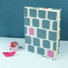 grafisch-gemustertes-fotoalbum-blau-pink