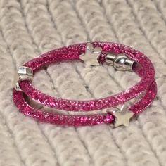 Bracelet en résille tubulaire framboise et perles strass framboise
