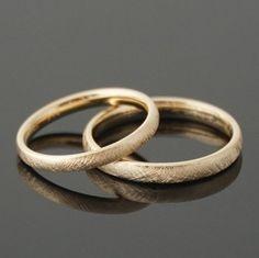 Trauringe VINTAGE  Dieses besondere Trauring-Paar, wird aus deinem Wunsch-Gold gearbeitet. Die Oberfläche ist gebürstet und verleiht diesen Ringen den besonderen Charakter. Innen und außen...