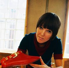 Mary Quant pictured holding a red patent plastic buckle shoe at a drawing table in her design studio in London in 1967 crazy. Teen Fashion, Fashion Models, 7 Arts, Really Short Hair, Mary Quant, Swinging London, Colored Tights, British Style, London Fashion