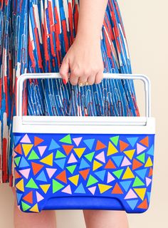 Kühlbox pimpen l Der Sommer kann kommen l Be the hit of any summer picnic with this DIY cooler makeover! Diy Craft Projects, Craft Tutorials, Craft Ideas, House Projects, Decor Ideas, Diy Hacks, Crafts To Make And Sell, Diy And Crafts, Diy Cooler