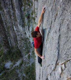 Alex Honnold escalade une falaise de 500 m sans assurance [video] - http://www.2tout2rien.fr/alex-honnold-escalade-une-falaise-de-500-m-sans-assurance-video/