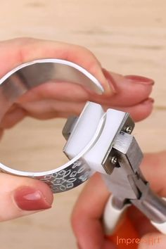 DIY Mandala Bracelet Metal Stamping Tutorial – Diy Jewelry To Sell Jewelry Tools, Wire Jewelry, Jewelry Crafts, Jewelry Art, Jewelery, Silver Jewelry, Jewelry Accessories, Jewelry Making, Silver Ring