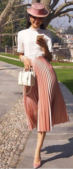 This beautiful faux leather pleated skirt will make your outfit look perfect and so well put together. Its midi length allows you to wear it both to any kind of formal e. Pink Skirt Outfits, Pleated Skirt Outfit, Winter Skirt Outfit, Midi Skirt, High Street Fashion, Street Style, Rock Style, Pinker Rock, Rosa Rock