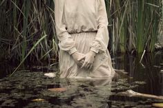 The young woman in Cristina Robles' pictures seems absent, sad and a bit gloomy. Referring to Shakespeare's character Ophelia, from the well known tragedy 'Hamlet',. American Gothic, American Horror Story, Story Inspiration, Character Inspiration, Foto Portrait, Misty Day, Gothic Aesthetic, Witch Aesthetic, Grunge