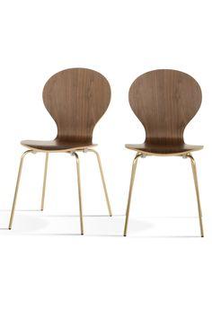 Kitsch Stühle in Walnuss mit Messingbeinen. Wir haben den wunderschön geschwungenen Kitsch Stühlen ein Update gegönnt und sie mit Beinen in Messing versehen. Das warme, goldene Finish ist der perfekte Metallic-Akzent für dein Zuhause.