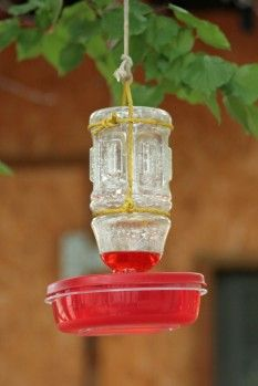 Simple Plastic DIY Hummingbird Feeder - recycle old plastic container lids and plastic bottles into hummingbird feeders Diy Bird Feeder, Humming Bird Feeders, Deer Feeders, Dyi, Easy Diy, Homemade Hummingbird Feeder, Hummingbird Food, Hummingbird Garden, Crafts For Kids