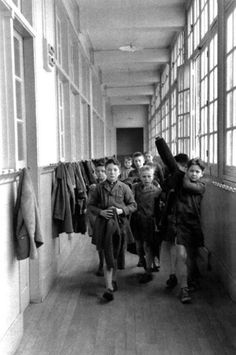 Les couloirs de l'école primaire... Robert Doisneau•....reépinglé par Maurie Daboux ❥•*`*•❥