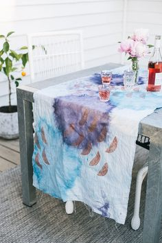 Dress Up Your Summer Patio Tablescape With A Linen Table Runner Decorated With Block Printing And Tie Dye. Get The Full Tutorial At Diy Craft Projects, Diy Crafts, Diy Dorm Decor, Do It Yourself Home, How To Dye Fabric, Diy Wall Art, Diy Table, Diy Painting, Table Runners