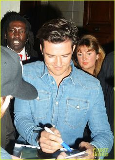 orlando bloom kisses david walliams 02 Orlando Bloom rocks a denim shirt while attending the 2015 Comic Relief Red Nose Day on Friday (March 13) in London, England. The 38-year-old actor wasn't the…