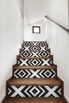 Testé pour vous, le relooking d'un escalier. Et oui, l'escalier est un élément de la décoration que l'on peut personnaliser soi-même. Cela peut nous faire réaliser de belles économies…   1 – La chaîne à customiser d'Elodie L'avantage avec la personnalisation et le DIY (Do It Yourself) c'est que l'on peut gérer son …