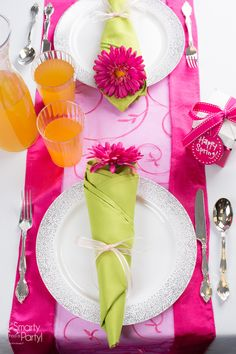 Blooming bouquet napkins are the perfect touch to your spring party tablescapes! | Smarty Had A Party