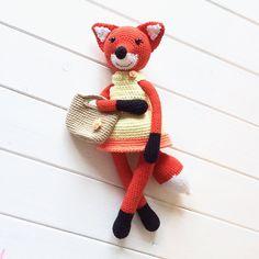 Очаровательная вязаная лисичка в платье и с сумочкой. Автор игрушки -  Елена Климова  (Её группа В контакте Игрушки крючком ).