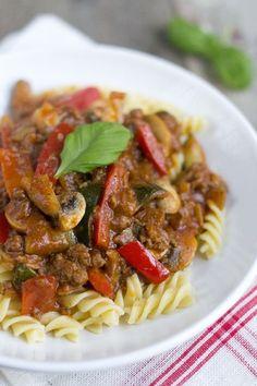 Macaroni stroganoff. Kies voor suikervrije pasta en bouillon. Voor een dikkere saus her recept aanvullen met een bindmiddel.