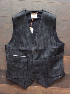 Some sexy curves here. Vest Outfits, Cool Outfits, Chaleco Casual, Gilet Costume, Waistcoat Men, Half Jacket, Rugged Style, Denim Jacket Men, Look Cool