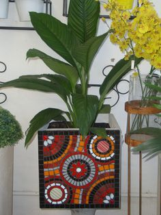 Maceta cubo mosaic Mosaic Planters, Mosaic Vase, Mosaic Flower Pots, Mosaic Garden, Garden Art, Mosaic Bottles, Stained Glass Paint, Pot Plante, Mosaic Madness