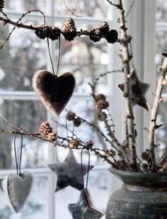 Leuke #winterse #decoratie in een mooie #grijze #vaas. #Takken met #dennenappels en leuke #hangers van #vacht. #vase #decoration #branches #fur