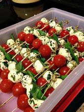 Super Easy, Simple And Quick Caprese Kebobs! Super Easy, Simple And Quick Caprese Kebobs! Caprese Kebabs cherry tomatoes mozzarella cheese fresh basil leaves appetizer skewers Simply layer basil leaves, cherry tomatoes, and mozzarella cheese marinated in Snacks Für Party, Appetizers For Party, Appetizer Recipes, Appetizer Ideas, Parties Food, Finger Food Appetizers, Summer Party Foods, Italian Food Appetizers, Brunch Recipes