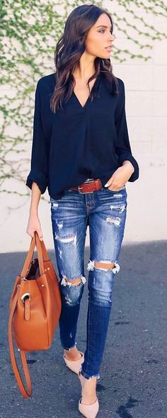 #spring #outfits woman wearing black long-sleeved shirt and distressed blue jeans. Pic by @vicidolls