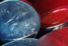 A volte abbiamo un'autentica fortuna nel cassetto senza saperlo, sottoforma di vecchie monete in lire italiane o nuovi centesimi di euro. E' il caso delle 100 lire coniate nell'anno 1955 e delle 50 lire coniate nell'anno 1958. Le prime non sono particolarmente rare (ne furono tirate circa 8,6 milioni), tuttavia gli esemplari appunto 'in fior di conio' possono veder schizzare il prezzo fino a 1.200 euro. Stesso discorso per le monete da 50 lire che riportano la data del...