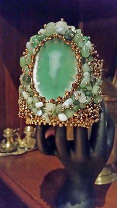 Bracciale rigido con centrale agata verde ,chips di agata e giada, swarovski , perline di vetro e metalliche : Braccialetti di giujoux