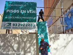 Nuestro equipo instalando una valla publicitaria de 6,40x3 mts en la ciudad de #Barcelona