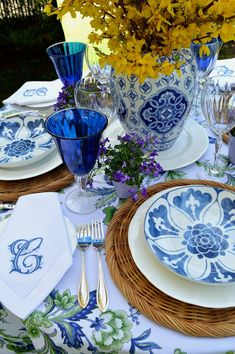 Get inspired by these blue table setting ideas and start preparing a really fancy dinner with your friends in a luxury environment! table Modern Center Tables For Luxury Living Rooms White Table Settings, Beautiful Table Settings, Dining Table Settings, Vintage Table Settings, Place Settings, Table Top Design, Table Setting Design, Blue And White China, Center Table