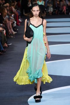 Tendencias pasarela: look en tonos pastel. Para esta primavera-verano 2018 los diseñadores de moda proponen crear una imagen  diaria y de estilo urbano combinando las prendas de tejidos livianos en tonos pastel.