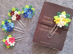 Paperclip Crafts, Paperclip Bookmarks, Felt Crafts Diy, Polymer Clay Crafts, Fabric Crafts, Paper Clips Diy, Paper Clip Art, Felt Flowers, Fabric Flowers