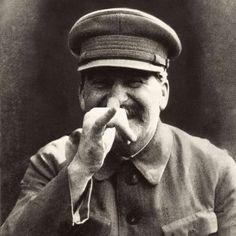 En cada una de sus residencias, Stalin dormía alternativamente en siete habitaciones idénticas con puertas blindadas para protegerlo de un eventual asesinato, cosa a la que temía más que a nada. Además, también tenía residencias falsas y para que el engaño fuera completo, cuando se desplazaba, varios coches idénticos estaban esperándolo y cada uno tomaba una dirección diferente. #habitaciones #atentado #Stalin http://www.pandabuzz.com/es/anecdota-del-dia/stalin-siete-habitaciones-asesinato