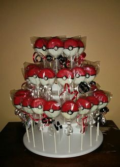 Pokemon balls made from Oreos and wrapped in cellophane bags and tied with ribbon. Rice Krispie treats instead with pokemon inside Festa Pokemon Go, Pokemon Party, Pokemon Birthday, Pokemon Pokemon, Pokemon Cake Pops, Pokemon Cakes, 6th Birthday Parties, 10th Birthday, Birthday Fun