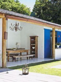 edicula rustica com porta azul Village House Design, Village Houses, Porch And Terrace, Rustic Patio, Pergola Plans, Pergola Ideas, Tropical Houses, Patio Design, Architecture