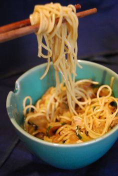 Ces nouilles à la sauce cacahuète s'appellent des dan dan mian.On n'a pas…